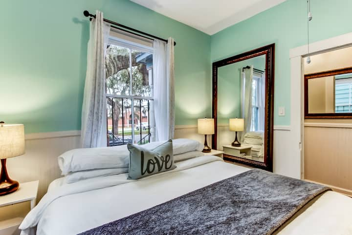 Relax in this Downtown Historic Savannah Cottage
