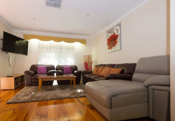 Spacious 4BR Air Condioned home in Glen Waverly