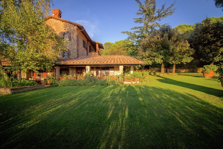 Luxurious villa with private pool and panoramic views over Lake Trasimeno