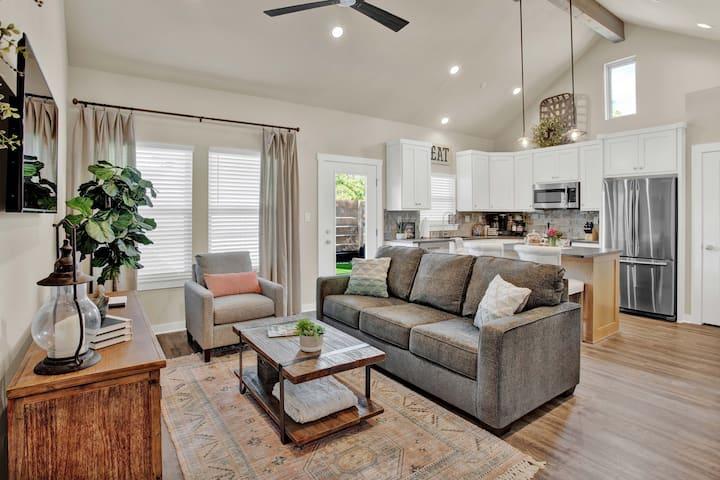 Heron Haus - BRAND NEW modern condo, 3 min to Main