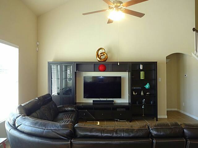 Beautiful home listed for Superbowl weekend ONLY. - Fresno - House