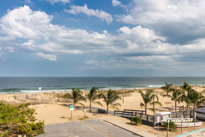 Cozy, waterfront condo w/ an ocean view - just steps from the beach!