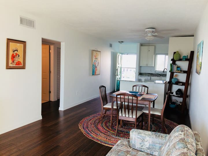 PARADISE!! Top floor 2bd/2ba condo steps to beach!