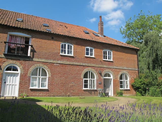Swallows Cottage, rural setting, Norwich 5 miles