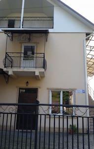 Гостевой дом на 7 комнат в центре - Гагра