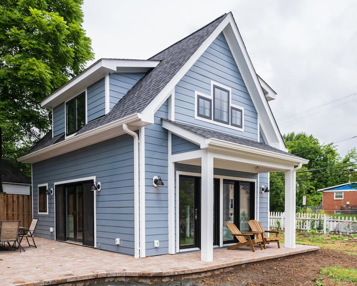 Private Sunny Cottage with King Bed + Yard / Patio
