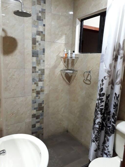 Baño privado con agua caliente, amenitis.