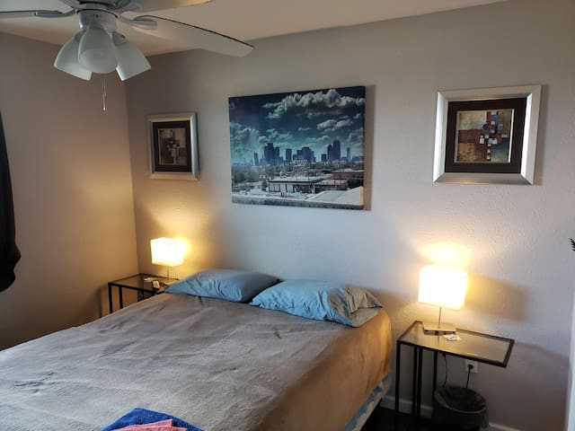 Wonderful Queen Room 4 miles to DFW & 24/7 Access