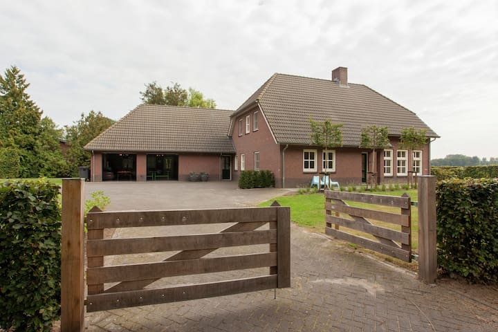 Luxurious holiday home in the middle of the Leenderbos nature reserve, near quiet Leende