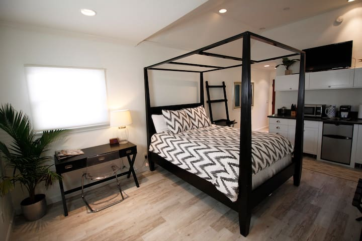 Private Guest House - Heart of L.A!