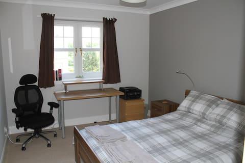 Quarto agradável em apartamento moderno