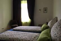 """Schlafzimmer mit zwei Betten- oder mit """"Liebesbrücke""""."""