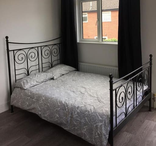 Immaculate studio 100 metres from town centre