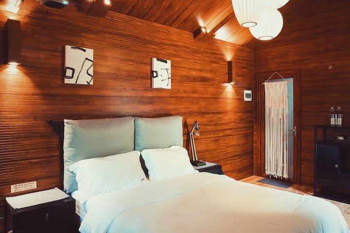 屋内配备1.8米超大双人床及高弹柔软床垫.