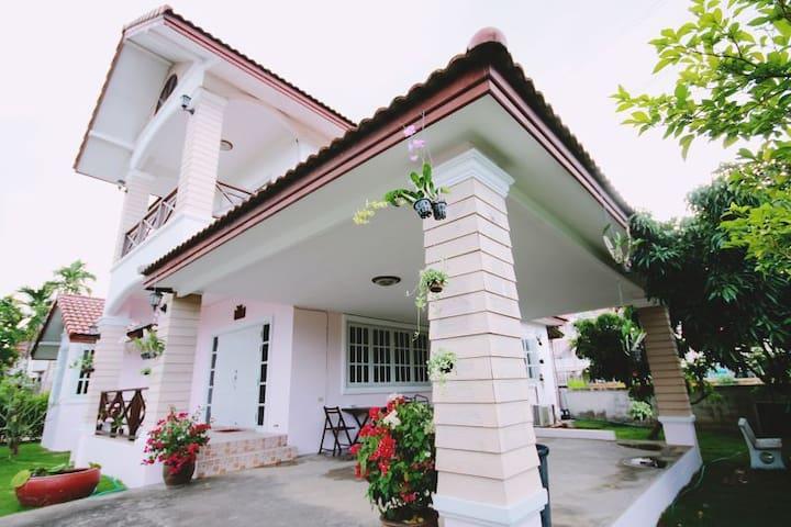 免费接机,免费水果和矿泉水,中英文管家,全套厨房用具,可做饭,网络及中文电视台,距古城车程10分钟 - Chiang Mai - Villa