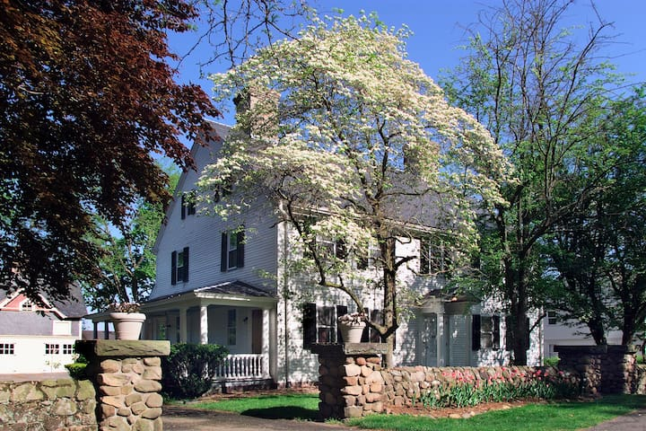 Charming 4 Bedroom Historic House in Farmington