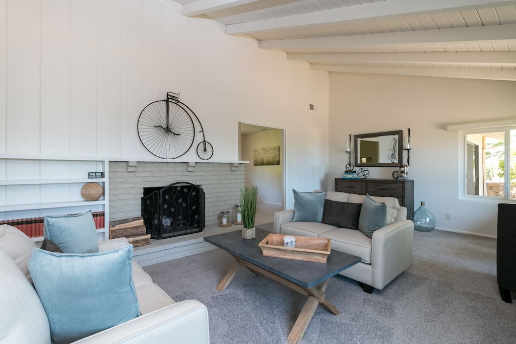 Airy vaulted ceilings and a clean white decor define the living room.