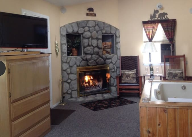 Beautiful Resort Cabin by the Village and Lake ~ Pet Friendly
