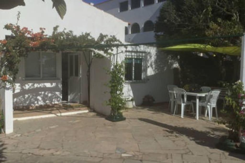 Casa com 2 quartos de casal e 2 casas de banho, dimensões mais pequenas. Quarto em cima com teto rebaixado.