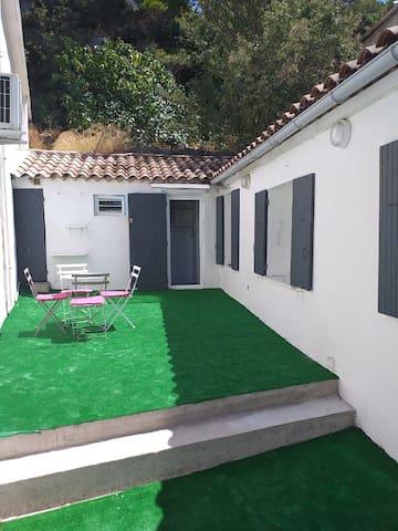 Maison individuelle avec terrasse.