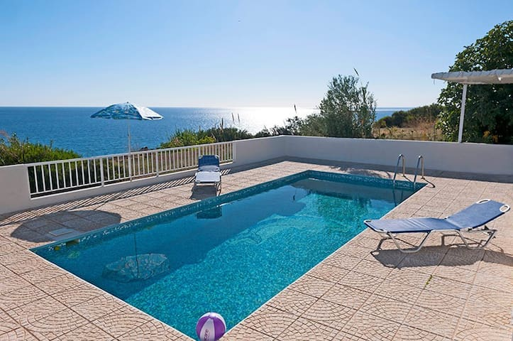 Villa,magnificent view of the sea,close to  beach