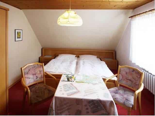 Pension Braun (Winterberg/Stadt) -, Doppelzimmer Nr. 1 - Rothaarsteigzimmer - zentrale Lage in Winterberg