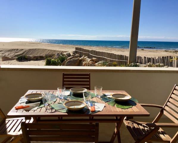 Zona pranzo veranda fronte mare