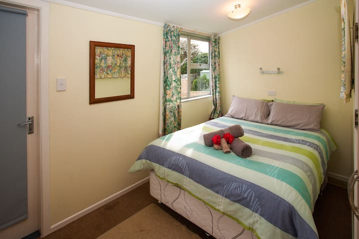Master Bedroom with a double bed - Kiwi Classic - Matapouri Holiday Home