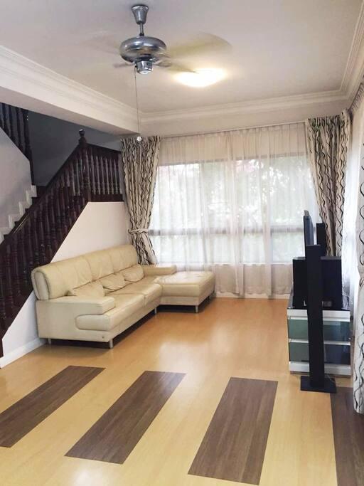 客厅欧式设计搭配传统马来吊扇