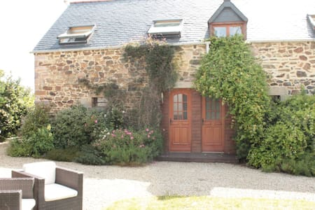 No.1, La Vieille Grange - 2 bedroom gite sleeping 4 - Henansal