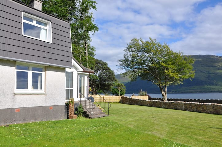 Ardrhu Cottage on the banks of the loch. - Fort William - 一軒家