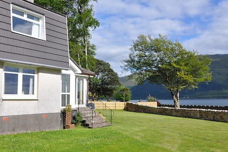 Ardrhu Cottage on the banks of the loch. - Fort William - House