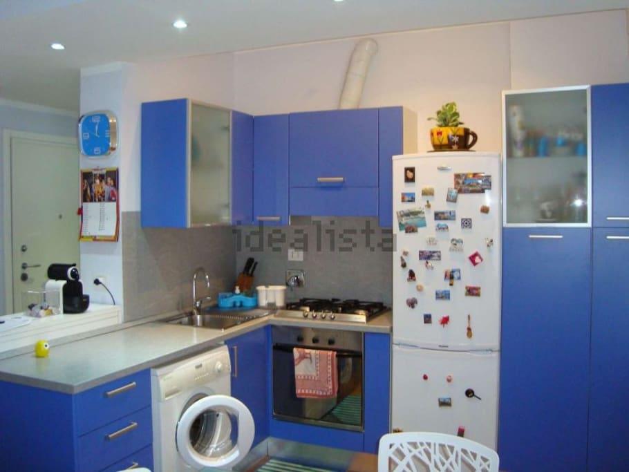 La cucina, dotata di frigo, forno, fornelli e microonde