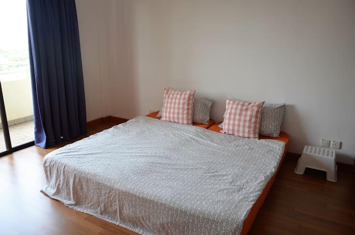 Spacious bedroom with balcony @ Sec 17, PJ - Petaling Jaya - Condo