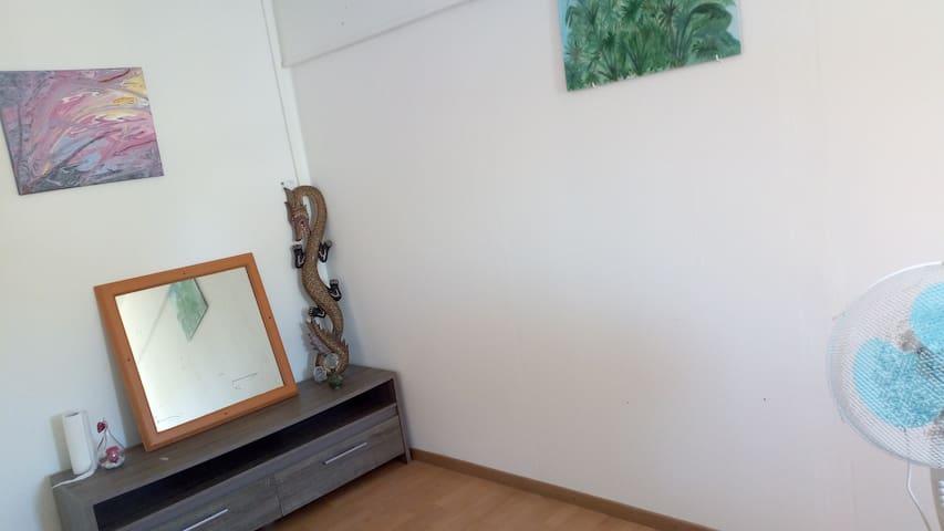 Un petit meuble pour déposer vos affaires ?