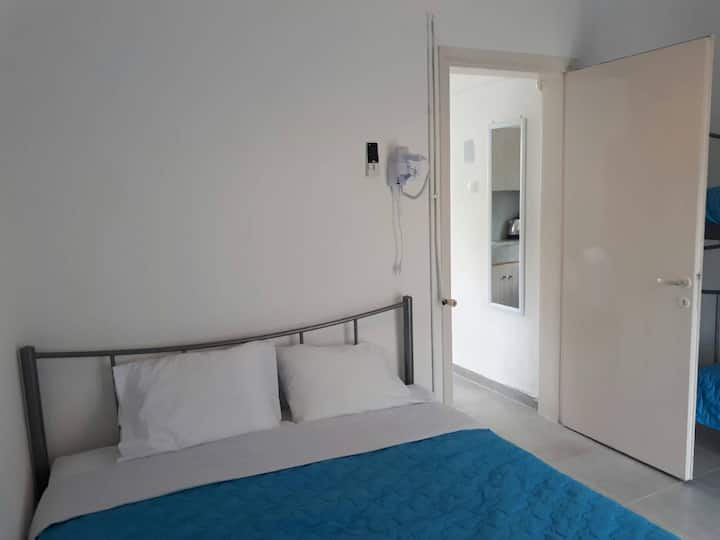 Apartment on main road 5mins walk from beach.
