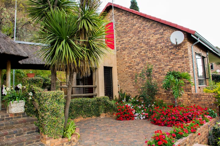 """Eagle Cottage @ Just-a-Breeze"" Constantia Kloof"
