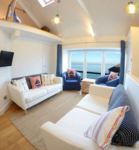 1 Bedroom Stylish Apartment Right on Sea Front. - New Quay - Byt