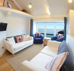 1 Bedroom Stylish Apartment Right on Sea Front. - New Quay