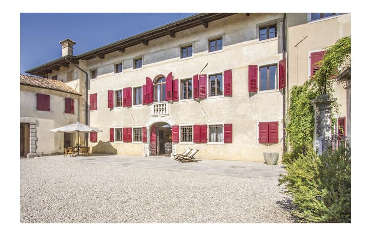 Semi-Detached with 5 bedrooms on 300 m²
