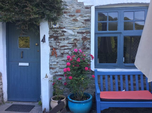 Double Bedroom in Charming Cottage - Calstock  - Dom