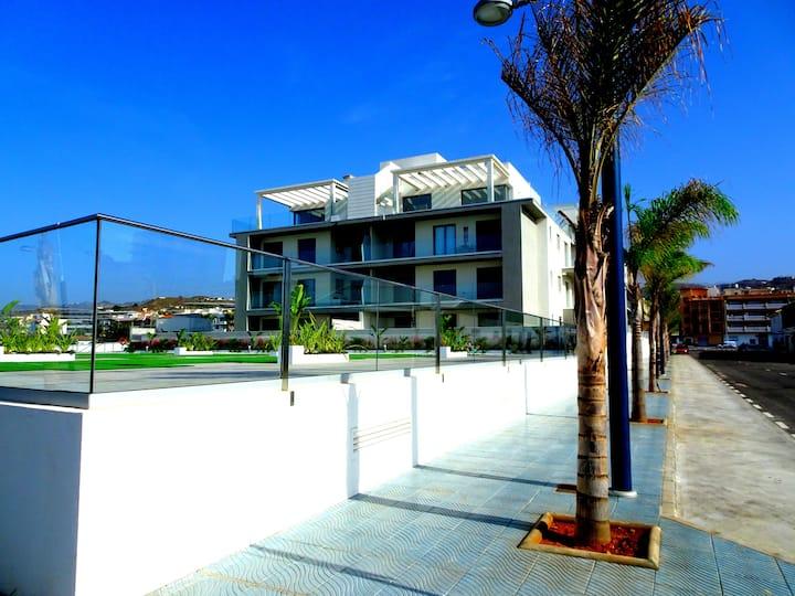 Vacker våning med privat takterrass och havsutsikt