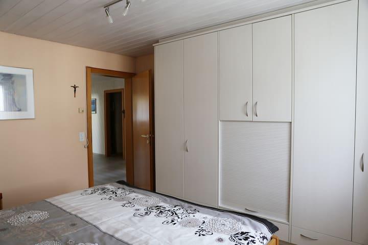 Großer Schrank im Doppelschlafzimmer