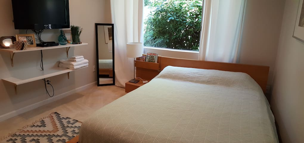 Quiet, Private Bed & Bath - 1 block from Lake & DT
