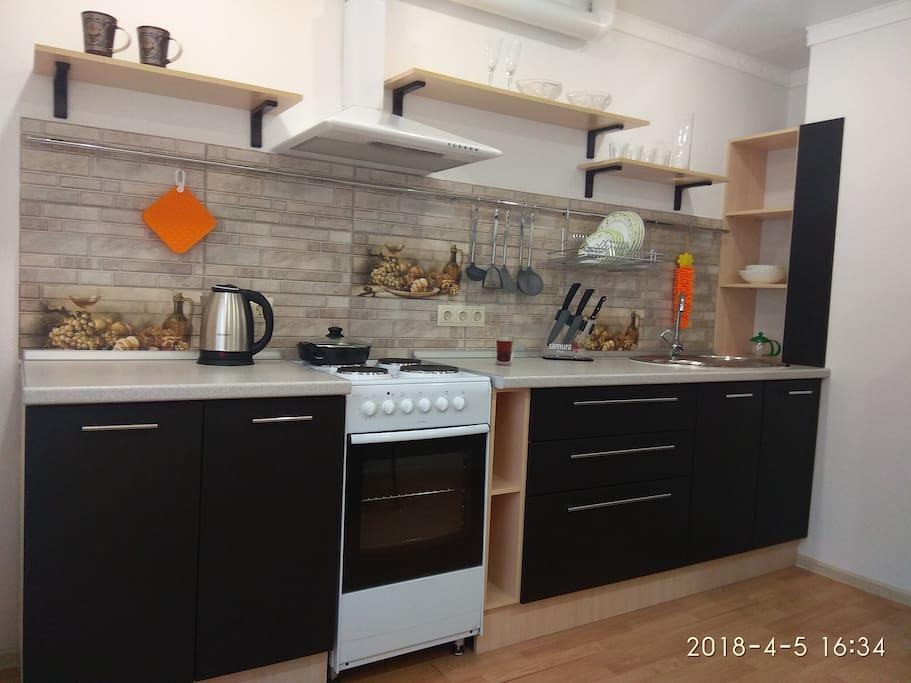 Удобный новый кухонный гарнитур