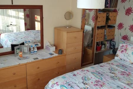 Double room in family house - Eccles