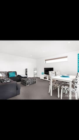 Modern unit with open plan living. - West Footscray - Appartement