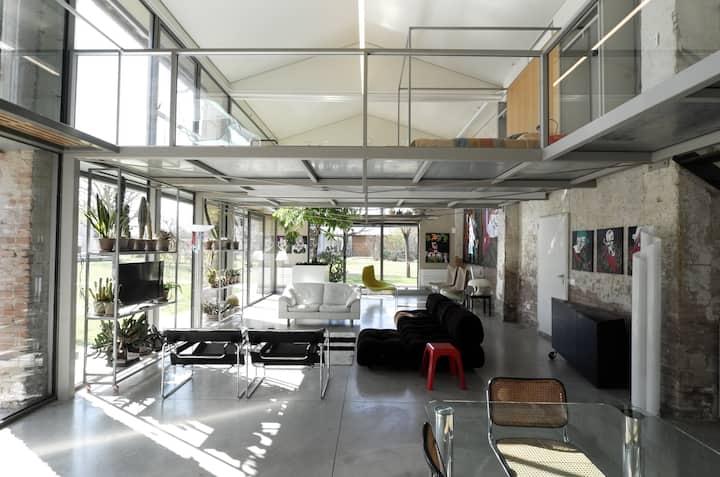 Casa di vetro immersa in un grande parco a Faenza