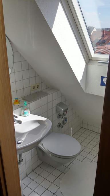 Das Bad mit WC, Duschen könnt ihr nach Absprache bei uns =)