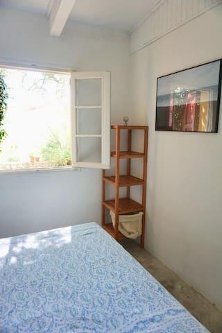 Chambre parentale, vue jardin avec lit double